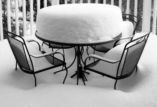 Кованая мебель под снегом. Фото с сайтаceskyinternet.cz