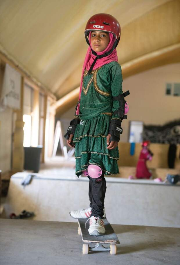 5 крутых фото девочек-скейтеров из Афганистана, которые бросают вызов традициям