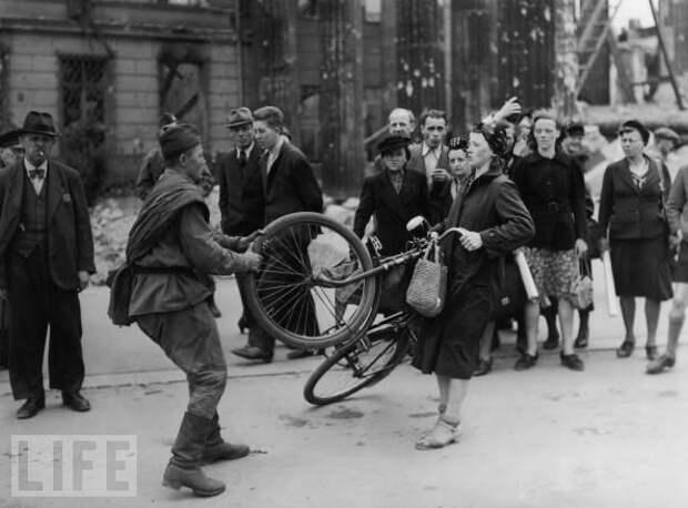 """Деконструкция мифа, или """"Советский солдат отбирает у немки велосипед"""""""