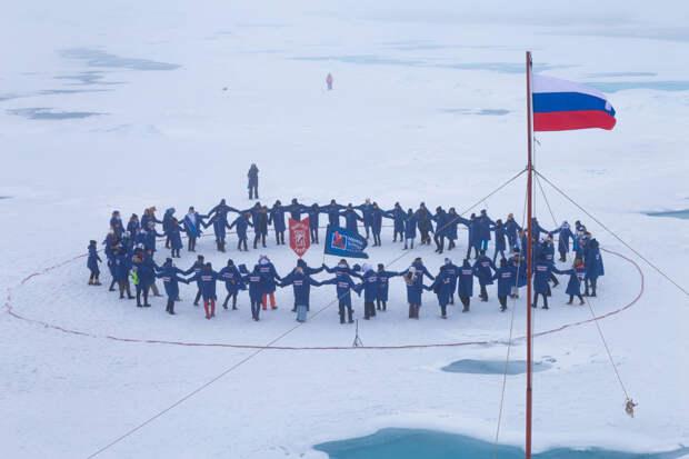 Книга «История, рассказанная народом» побывала на Северном полюсе
