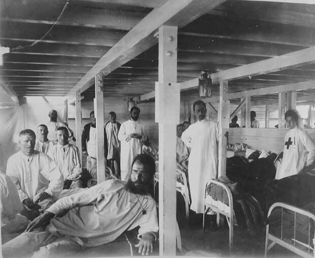 22. Раненые солдаты и медицинский персонал в палате баржи-лазарета Мраморного дворца. Харбин