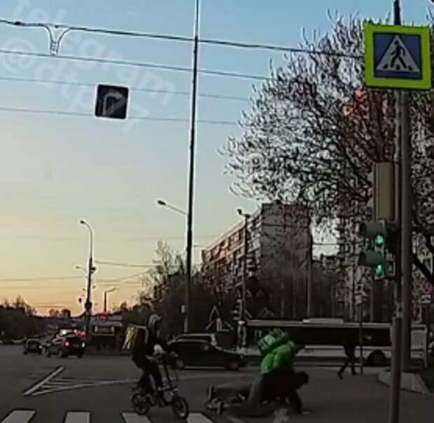 Пешеход и курьер-велосипедист столкнулись на Енисейской