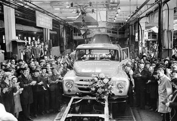 Шесть миллионных машин советского автопрома.