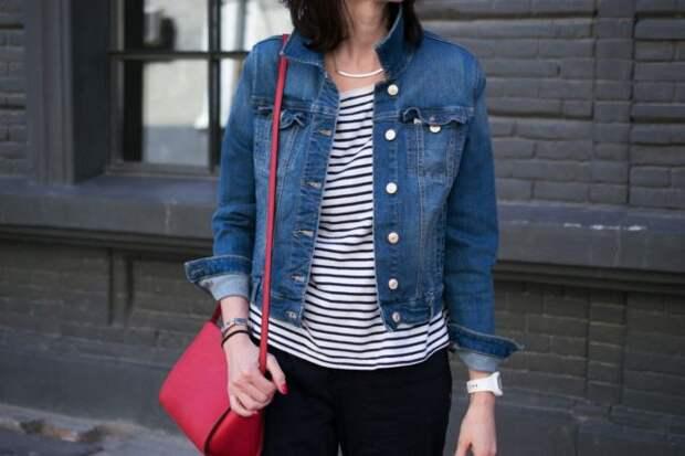 девушка в полосатой футболке и джинсовой куртке