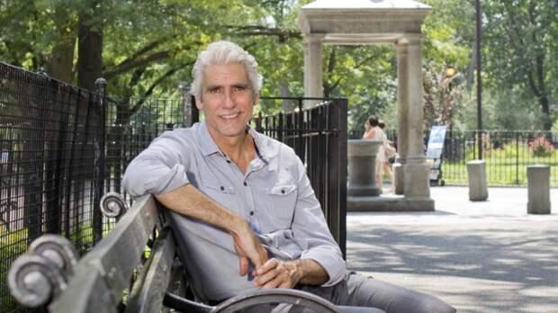 Закончив университет, Марк отправился путешествовать в Европу и начал работать моделью. Устоявшийся уклад поломала болезнь отца — оставить его одного, на другом континенте, Марк Рей не мог.