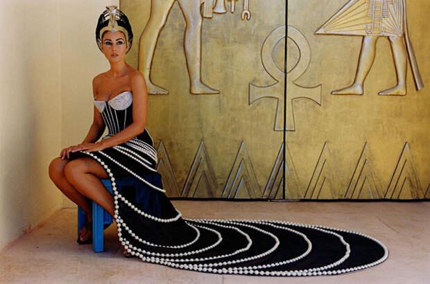 Моника Белуччи (Monica Bellucci) в фотосессии для фильма «Астерикс и Обеликс: Миссия «Клеопатра» (Asterix & Obelix Meet Cleopatra) (2002), фотография 1