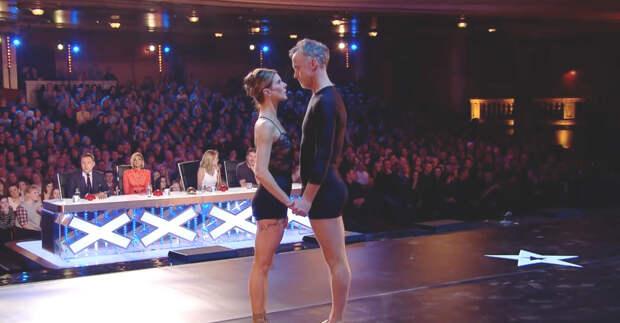 Супруги застыли на сцене. А теперь обрати внимание на их ноги, как только начнет играть музыка…