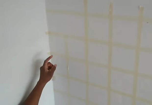 Мастер поклеил на стену малярную ленту, взял губку и сделал необыкновенный декор