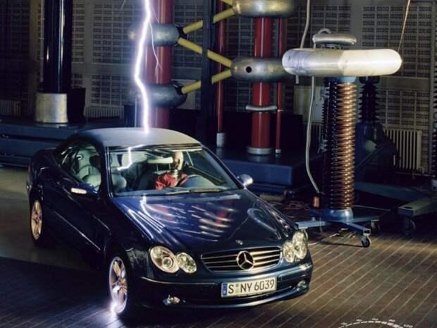 Находиться внутри машины, в которую попала молния – безусловно, сомнительное удовольствие. | Фото: avatars.mds.yandex.ne