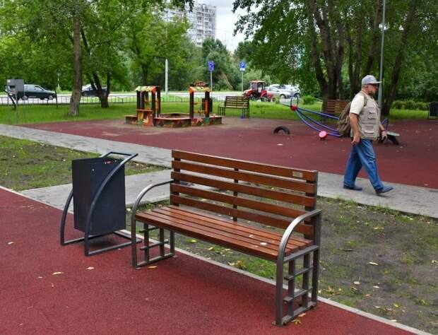 Работники «Жилищника» укрепили скамейку с помощью сварки/Денис Афанасьев, «Юго-Восточный курьер»