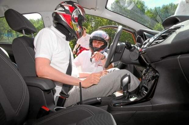 Конечно же, в испытаниях принял участие главный редактор «За рулем» Максим Кадаков. Ему предстоит скоростной заезд на Фиесте.