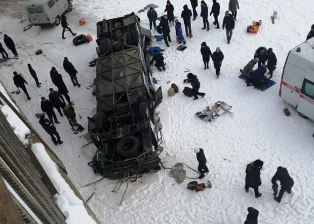 В Забайкалье автобус рухнул с моста. В салоне было 44 человека