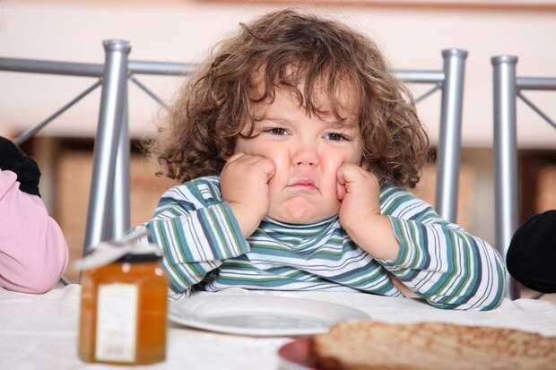 Ребенок будет нервничать. ощущать себя брошенным, постоянно будет пытаться где-то что-то стащить и съесть, а съест он скорее всего чиспы, шоколадку или ту же булку