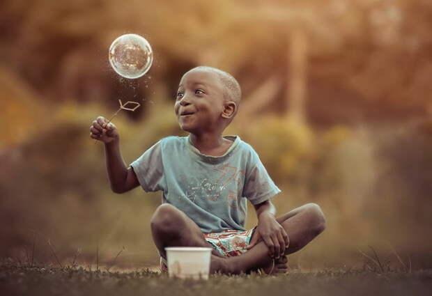 Искренняя радость: мыльный пузырь получился с десятой попытки