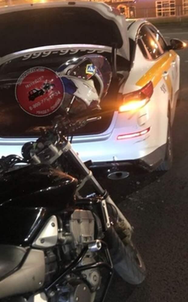 На Путилковском шоссе мотоциклист не заметил такси