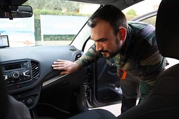Итальянец Фредерико с видом знатока изучает «Весту»