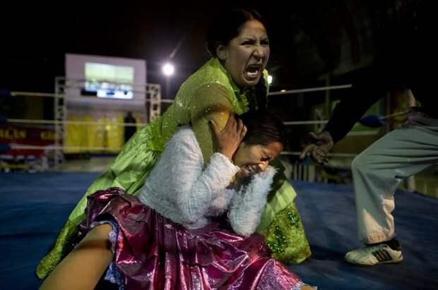 «Летающие чолиты»: зрелищная борьба женщин в юбках
