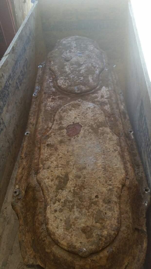 Фотография гроба после вскрытия в ящике, хорошо видны следы от высверленных винтов. девочка, доброта, интересно, история, наука