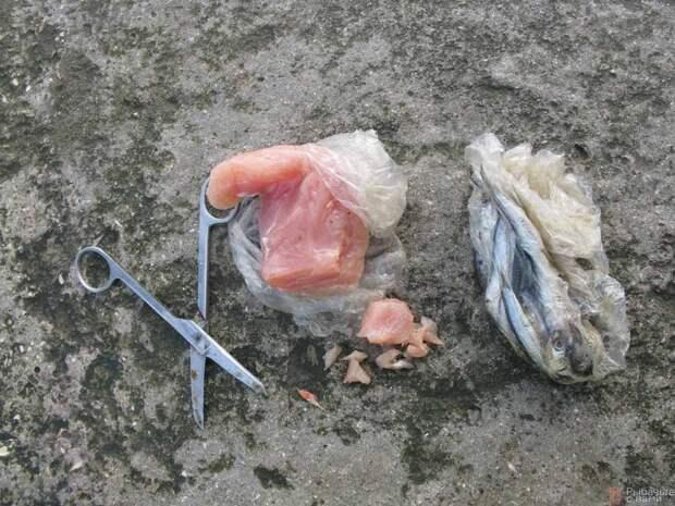 Небольшие кусочки мяса удобно отрезать ножницами.