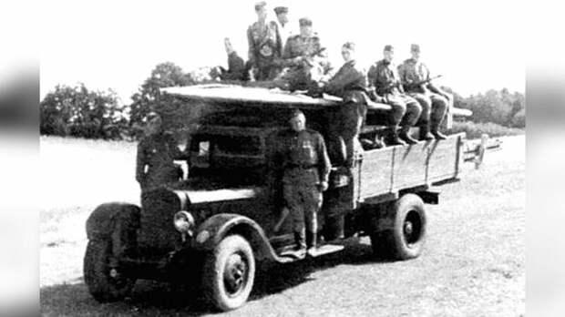 Серийный бортовой ЗИС-5 со складной фанерной лодкой понтонного парка НЛП авто, автоистория, военная техника, история, переправа, понтон, понтонно-мостовая переправа