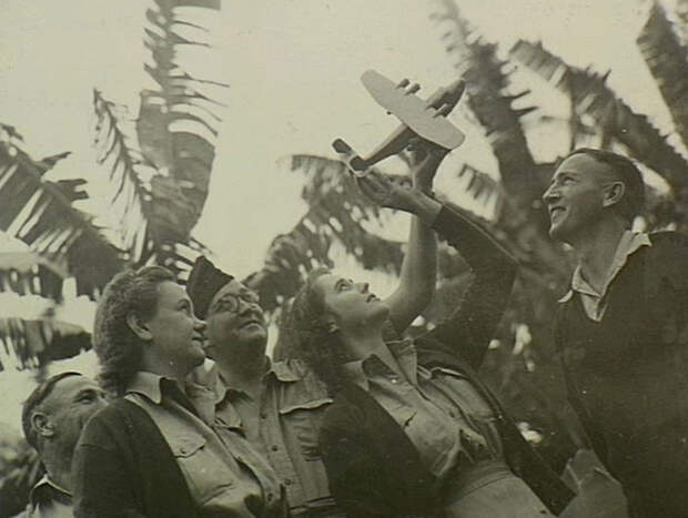 Австралийские воздушные наблюдатели из ПВО Квинсленда изучают модель японской тяжёлой летающей лодки (1942 или 1943 год). awm.gov.au - «Неистовые орлы» в стране кенгуру | Warspot.ru