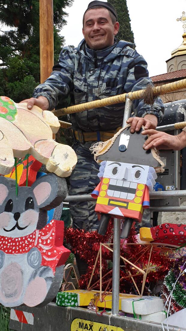В Никитском ботаническом саду дети украсили 11-метровый секвойядендрон игрушками, сделанными своими руками