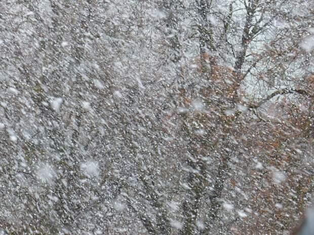 Коммунальщики в Северном убирают снег на улице Арсюкова