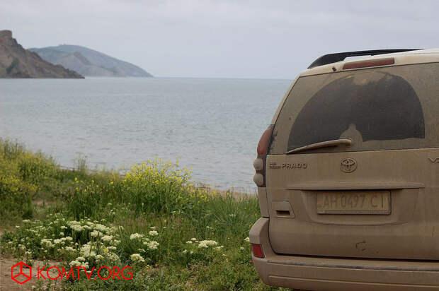 У пляжа, как и в прошлом году, стоят машины