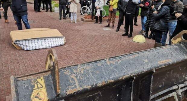 Киевляне экскаватором снесли «офис» Кличко