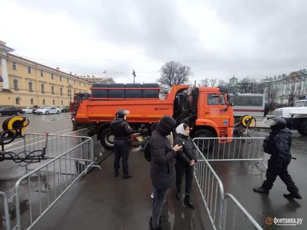 Дворцовую площадь закрыли для горожан. У Зимнего дворца появился строй силовиков со щитами