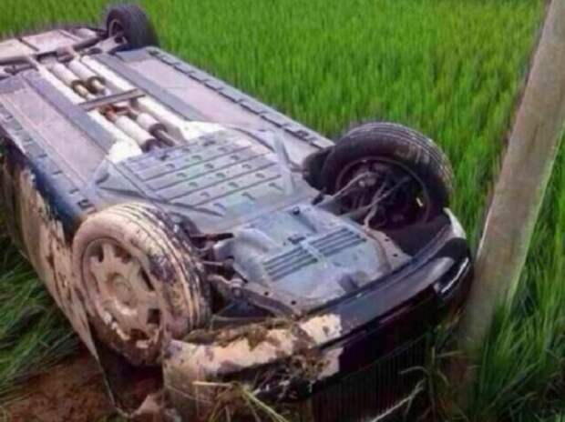 В Китае зеваки смогли увидеть «днище» Rolls-Royce Phantom