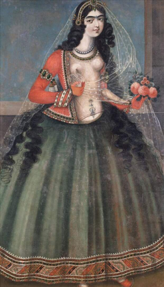 Девушка с узором, нарисованным хной, на животе.