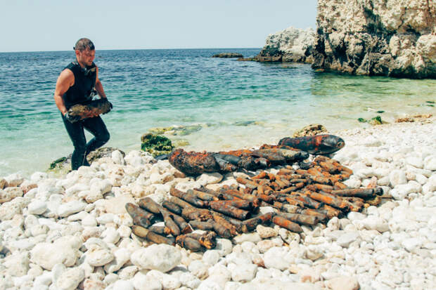 Со дна моря в Севастополе подняли порядка 250 снарядов времён ВОВ