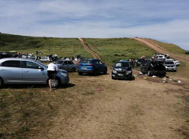 Автомобиль скатился с горы прямо на отдыхающих на пляже россиян