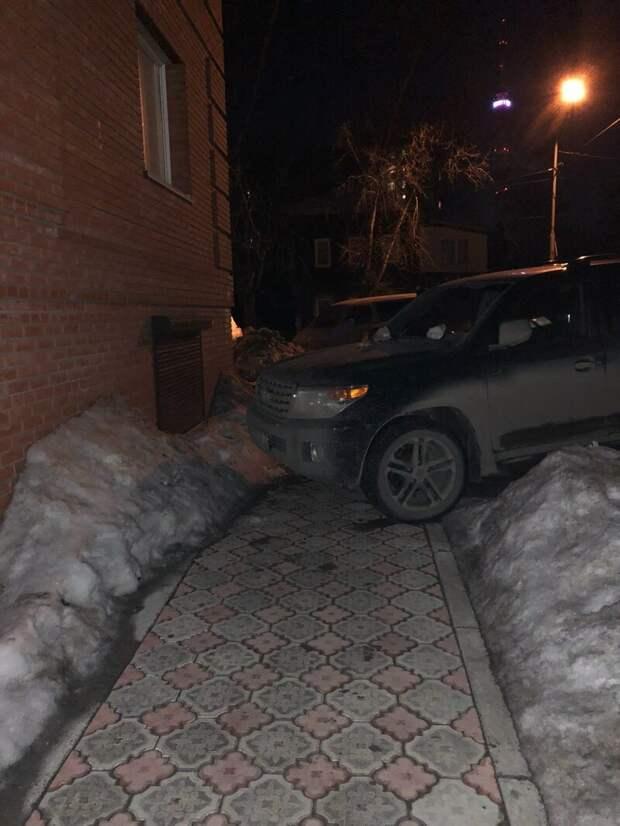 Негде больше ходить? Вон по снегу ходите, не сахарные, не растаете автомир, олени. идиоты, странные люди, хозяева, я паркуюсь как