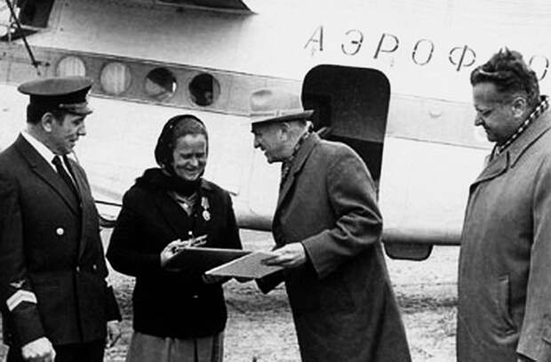О.К. Антонов вручает памятный сувенир 100-миллионному пассажиру Ан-2. 1967 год