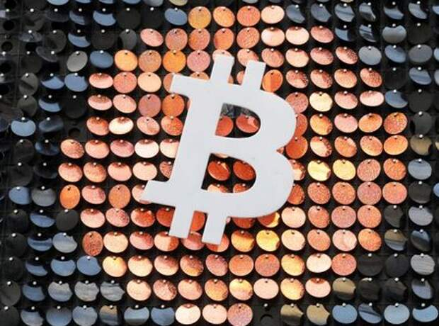 The logo of the Bitcoin digital currency is seen in a shop in Marseille, France, February 7, 2021. REUTERS/Eric Gaillard