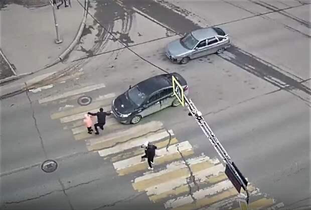 Отец избил водителя, который чуть не сбил его с ребенком на пешеходном переходе