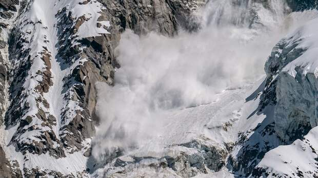 Группа туристов попала под обрушение лавины в Мурманской области