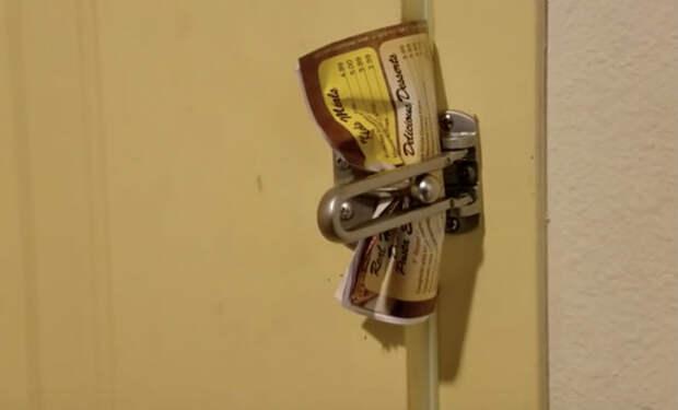 Открываем гостиничную дверь обычной бумагой