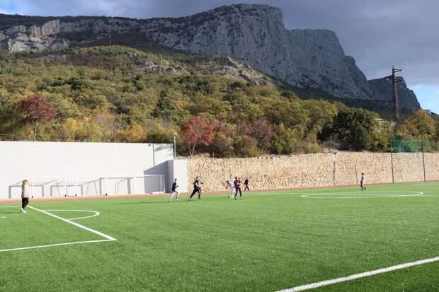 В Форосе открыли новый стадион, а противники застройки парка судятся в Казани