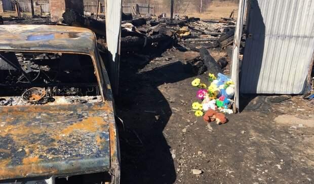 Цветы иигрушки приносят жители кместу гибели 5 детей при пожаре вБызово