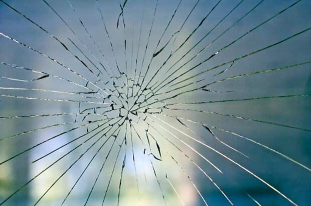 В подъезде дома на Заповедной заменили стекло в двери