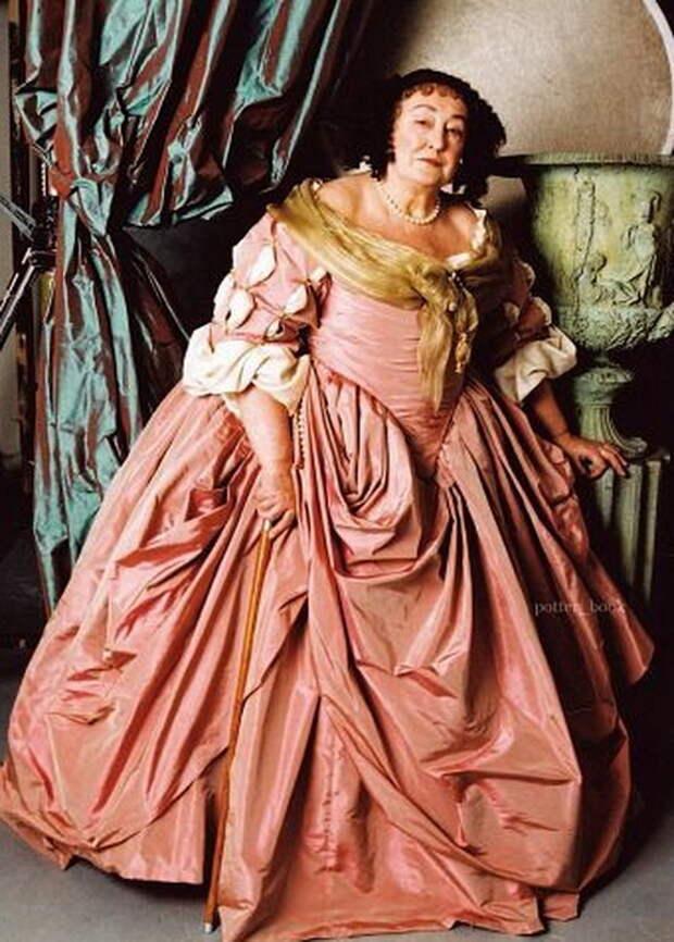 Полная Дама одета в розовое шелковое платье по моде XVII- XIX веков