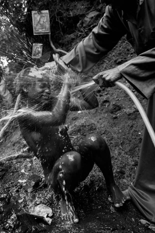 Фотографии массового экзорцизма в Эфиопии. Фотограф Роберт Уоддингем 10