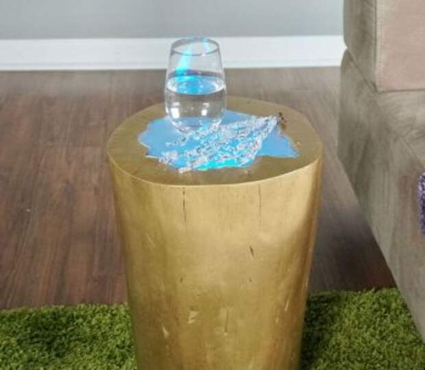 Журнальный столик из сруба дерева со светодиодной подсветкой