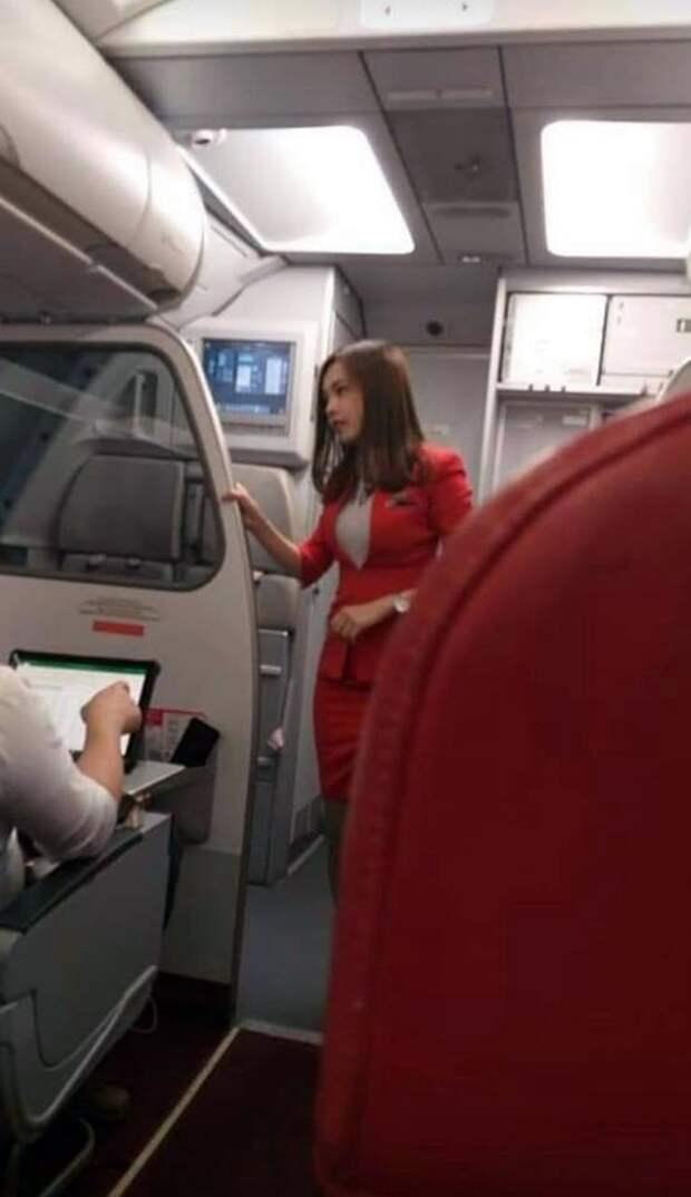 Парень нашел самую красивую стюардессу, и с ним согласились тысячи людей