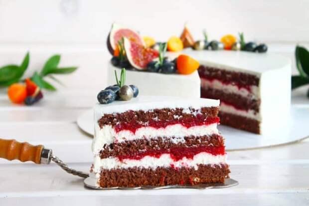 Шоколадный торт с чёрной смородиной