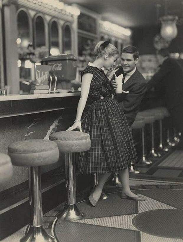 Девушка в роскошном платье на свидании в кафе.
