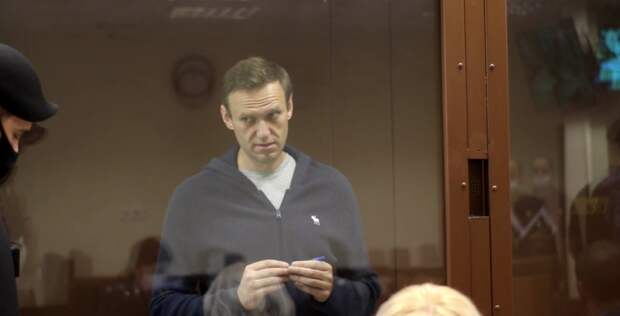 """Навальный бьется в истерике в суде — опять назвал ветерана """"куклой"""""""